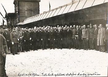 Telšių–Kretingos geležinkelio statybos darbų pradžios minėjimas Kretingos geležinkelio stotyje 1930 m. Centre šalies prezidentas Antanas Smetona su palyda. Marijono Daujoto archyvas