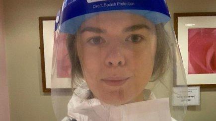 """Su ūmiais koronaviruso ligoniais dirbanti Kotryna:  """"Labai sunku, kai artimieji paprašo kažką perduoti jų šeimos nariams prieš mirtį"""""""