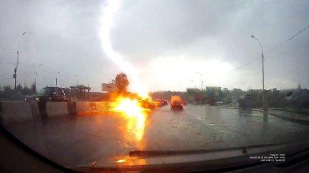 Žaibas trenkė į automobilį: kurie mechanizmai nukentėjo labiausiai?