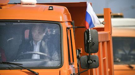 V.Putino šou: sunkvežimiu pervažiavo naująjį tiltą į aneksuotą Krymą