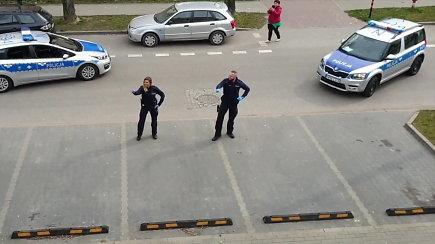 Lenkų policininkai savo šokiu džiugino karantinuotus vaikus