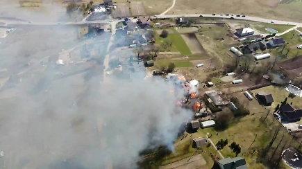 Iš aukštai nufilmuotas ūkinių pastatų gaisras Pikutiškėse