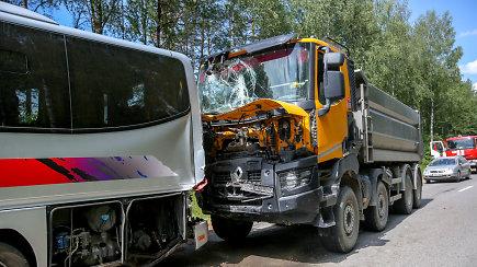 Vaikus vežusio autobuso vairuotojas nesupranta, kaip buvo nepastebėti į juos įsirėžusio sunkvežimio