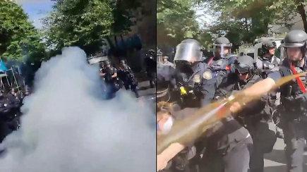 George'o Floydo mirtis Amerikoje įžiebė seniai matytus protestus – policija ašarinėmis dujomis ir lazdomis malšina protestus