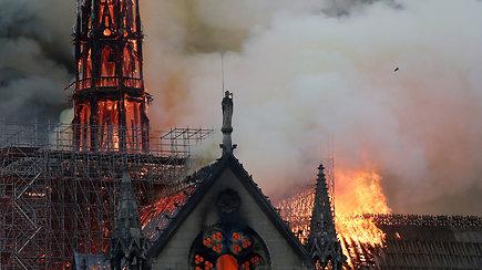 Ugniagesiams beviltiškai bandant sutramdyti liepsnas griuvo katedros smailė, o vėliau – ir stogas