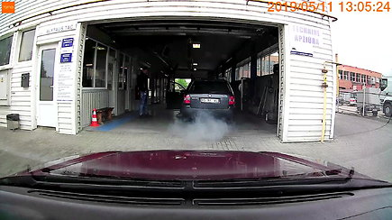 Vaizdas techninių apžiūrų stotyje privertė krūptelėti: automobilis išspjovė dūmų kamuolį