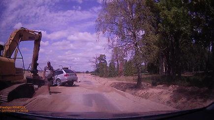 Lemtingas ekskavatorininko mostas: kaušas suknežino BMW kaip žaislinę mašiną