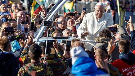 Tūkstantinė minia Kaune sutiko besišypsantį ir visus laiminantį popiežių