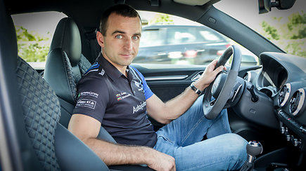 Lenktynininkas Vytautas Švedas: kokių klaidų nedaryti lenkiant, pasirenkant atstumą ir kaip saugiai važiuoti posūkiuose