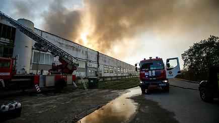 Gaisras Alytuje: ugniagesiai tramdo liepsnas, dėl dūmų kyla pavojus gyventojams