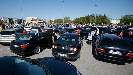 Maršo automobilių kolona rieda pro Kauną