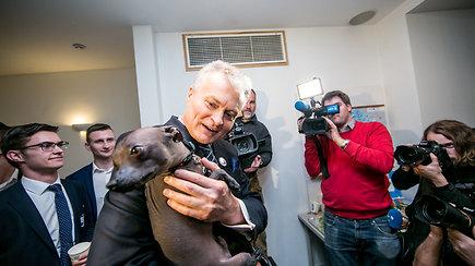 Rinkimuose pirmaujantis G.Nausėda džiaugiasi, kad žmonės patikėjo – pasveikino ir šuo