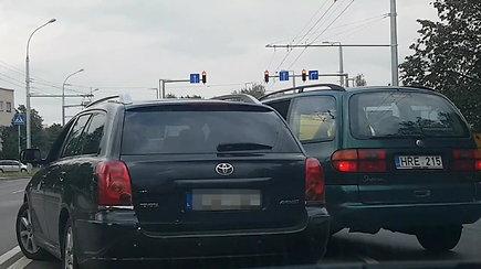 """Vairuotojų konfliktas kelyje: per VW langą išniro į """"Toyota Avensis""""  nukreiptas ginklas"""