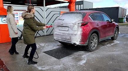 Merginos pirmą kartą išbandė automobilių savitarnos plovyklą