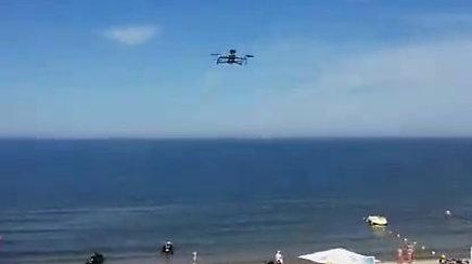 Palangos poilsiautojus laikytis tvarkos paplūdimyje moko skraidantis dronas