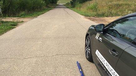 Skaitytoja užfiksavo, kaip automobilis ima riedėti į kalną  – šią keistenybę gali išbandyti kiekvienas