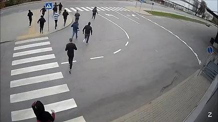 Nufilmuoti po užpuolimo Kaune sprunkantys jaunuoliai