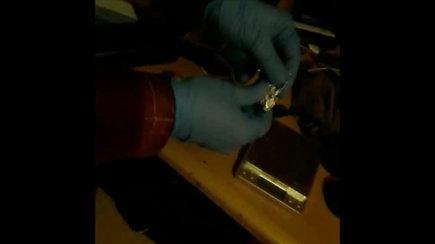 Pareigūnai pas sulaikomą plėšiką aptiko galimai narkotinių medžiagų