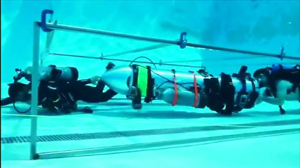 Išbandytas povandeninis aparatas, galintis padėti Tailando urve įstrigusiems vaikams