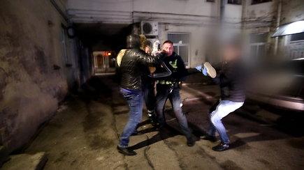 Už narkotikų laikymą sulaikytos merginos tramdymui prireikė net 4 pareigūnų