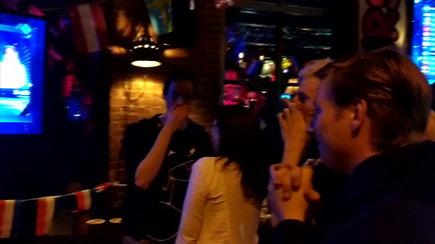 """Po pergalės """"Eurovizijoje"""" Nyderlandų baruose liejosi džiaugsmas"""