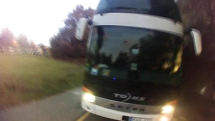 Užfiksuota, kaip girtas autobuso vairuotojas iš Lietuvos skriejo dviračių taku
