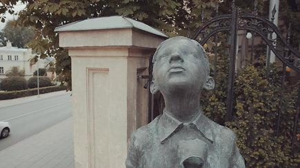 Kas tas Vilniaus berniukas, su prakąstu batu žvelgiantis į dangų?