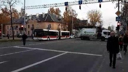 Vilniuje susidūrus šiukšliavežei ir autobusui sužeisti keleiviai, stringa eismas