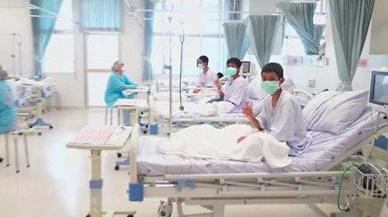 Žvalūs ir sveiki: Tailandas parodė iš užlieto urvo išgelbėtus vaikus