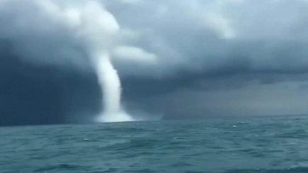 Žvejai, vos už 500 metrų atstumo, nufilmavo Juodojoje jūroje susiformavusį tornadą