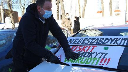 """Šiauliuose prasidėjo protestų akcija """"Atidarom Regitrą"""": prašoma atnaujinti ir vairavimo mokyklų veiklą"""