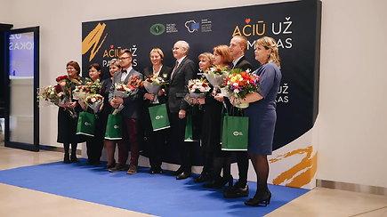 """Šventiškai pagerbti 10 mylimiausių Lietuvos mokytojų: """"ačiū"""" tarė ir moksleiviai, ir ministras"""
