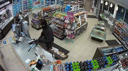 Radviliškio banditų realybė: kaukėtas ir ginkluotas įsiveržė į degalinę