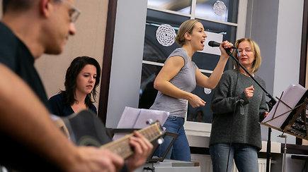 Streikuojančius mokytojus ministerijoje linksmino muzikantai