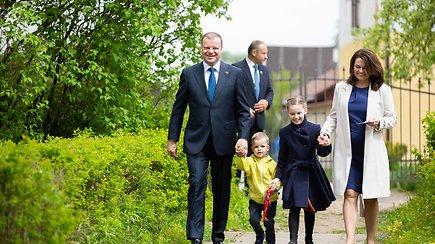 Su šeima balsuoti atvykęs S.Skvernelis išgirdo ir klausimą anglų kalba