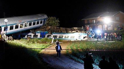 Italijoje nuo bėgių nuvažiavęs traukinys įsirėžė į Lietuvoje registruotą sunkvežimį