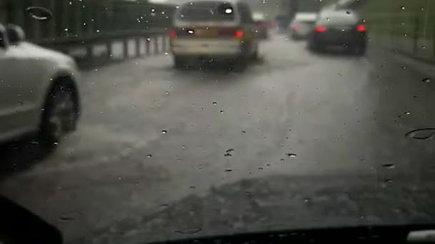 Po lietaus į Vilniaus gatves pasipylė purvo ir vandens kriokliai