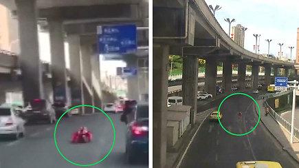 Kinijos greitkelyje neįprastas eismo dalyvis: vyras riedėjo savadarbiu kostiumu
