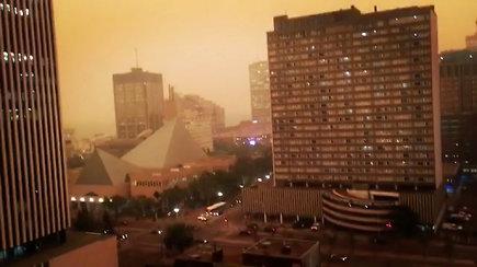 Vakarų Kanadoje siaučia miškų gaisrai – miestus dengia migla