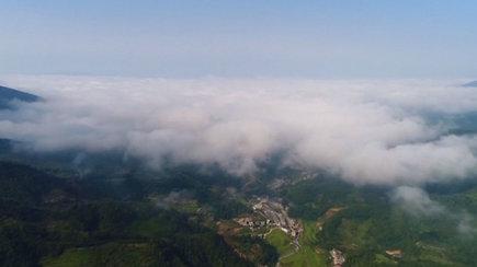 Lyg iš pasakos: kalnų viršūnes padengė magiška debesų jūra