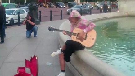 Justin Bieberis sužadėtinę ir gerbėjus nustebino netikėtu pasirodymu Londone