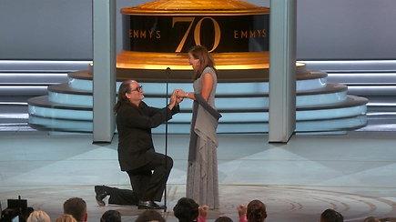 """Jaudinanti akimirka: per """"Emmy"""" apdovanojimus Glennas Weissas pasipiršo mylimajai Jan Svendsen"""