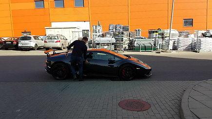"""P.Aršauską po teismo jo """"Lamborghini"""" automobiliu išvežė mergina"""