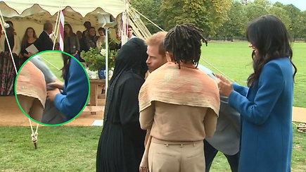 """Žiūrėti darosi nejauku: pasimetęs princas Harry """"ore"""" pabučiavo M.Markle renginyje palaikiusią moterį"""