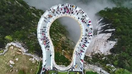 Kinijoje 718 m aukštyje kabantis perregimas tiltas su specialiais efektais gniaužia kvapą