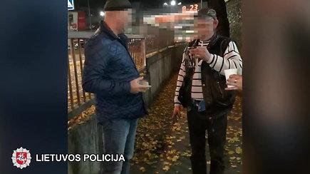 Policija sulaikė piliečius iš baro išsinešusius alkoholį po 22 val.