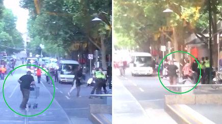 Užfiksuota akimirka, kai drąsus benamis prekių vežimėliu užpuolė peiliu ginkluotą Melburno atakos užpuoliką