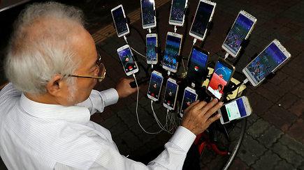 Pokemonų senelis virtualias būtybes gaudo net su penkiolika telefonų