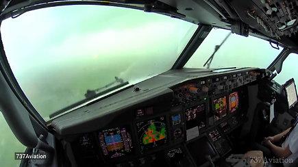Įtemptas vaizdas iš pilotų kabinos: lakūnai nutupdė lėktuvą per galingą audrą