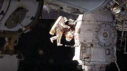 """Tiriamas mįslingos skylutės erdvėlaivyje """"Sojuz"""" atsiradimas – kosmonautai paėmė mėginių"""